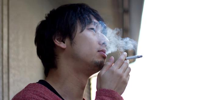 現場でタバコを吸う人のイメージ写真