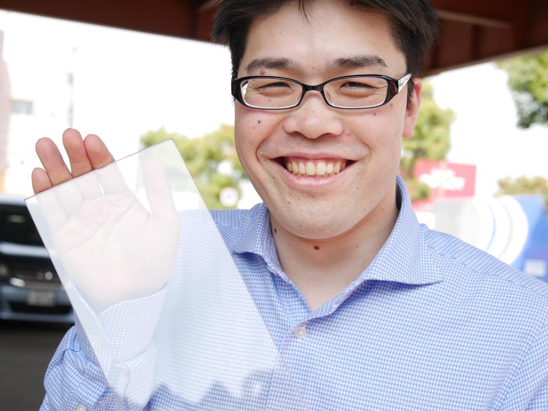 ガラス持ちながら超笑顔の編集長