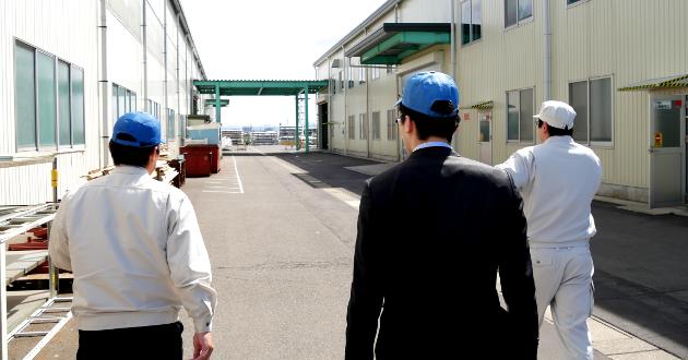 井上商事さんの工場見学をしている写真