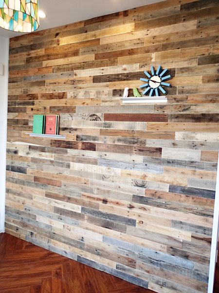 美容室の待合室の壁に使われたパレット古材