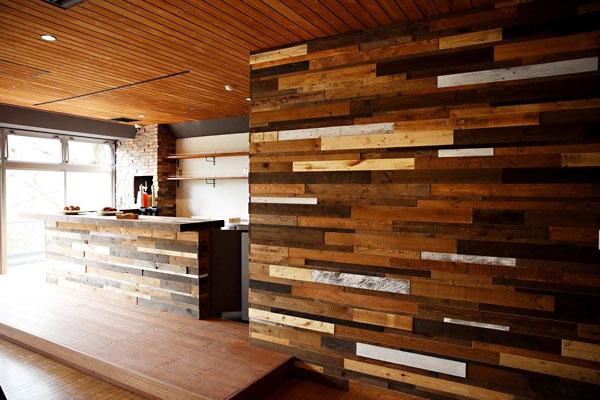 ホテルのバーラウンジの壁に使われたパレット古材