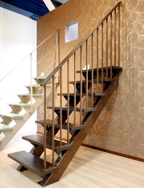 木製の踏み板階段