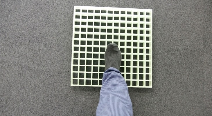 FRPグレーチングを靴下で歩いてみた
