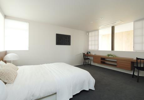 白色壁紙の寝室