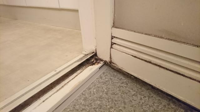 折れ戸の汚れ
