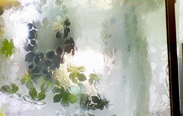 2階ベランダの窓に使われている昭和型板ガラス