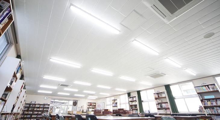 かるてんを使った学校の図書室