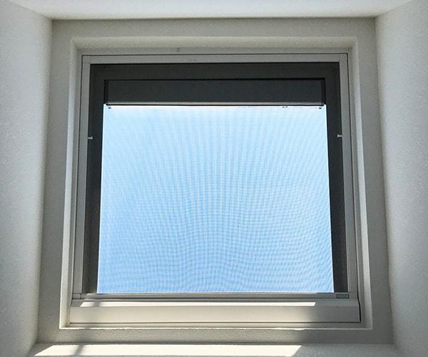 ソーラーパネル内蔵の天窓