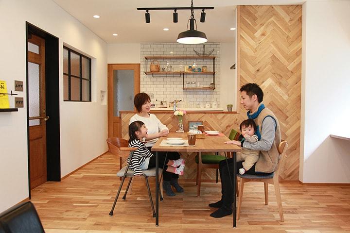 ルバリウム鋼板竪平葺きの外壁です。シックなダークグリーンと、2階のボーダーの杉板