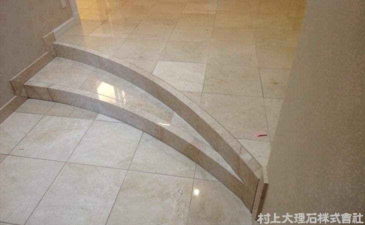 大理石の玄関まわり(戸建て住宅)-min