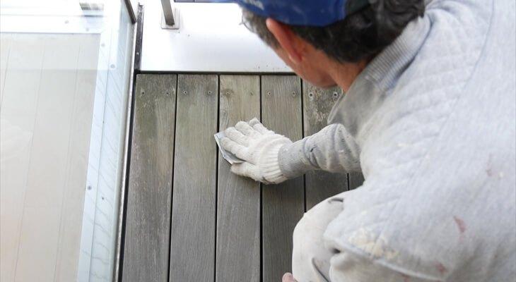 塗る前に、表面を紙やすりで削る