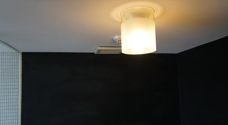 黒漆喰と照明