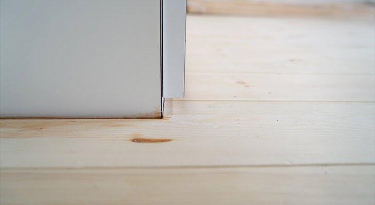 クローゼットの扉も短くして、床材にぶつからないように。