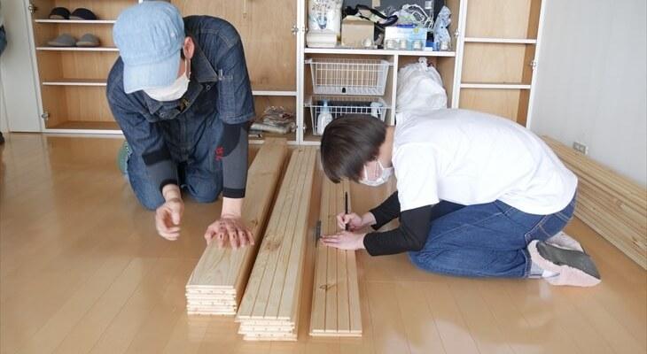 床材へカットの線を入れる