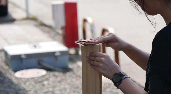 木口を紙やすりで磨く