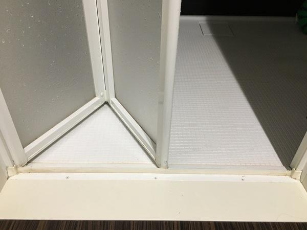 風呂 の ドア 掃除 お ホコリで目つまりしやすい浴室ドアの通気口の掃除方法