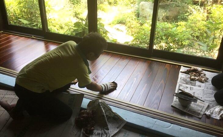 拭き漆施工の様子